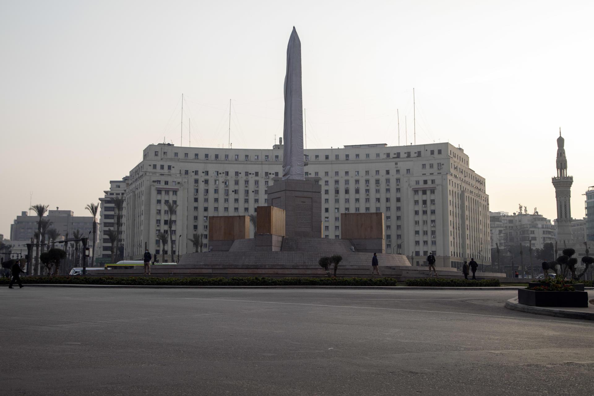 ابلیسک جدید در میدان تحریر در انتظار رونمایی است.  10 ژانویه ، در قاهره.