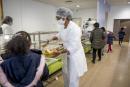 Novembre 2020. Ecole elementaire Rosa Park à Ivry-sur-Seine. Protocole sanitaire mis en place à la cantine lors du reconfinement. Distanciation sociale, masque, preparation des repas.