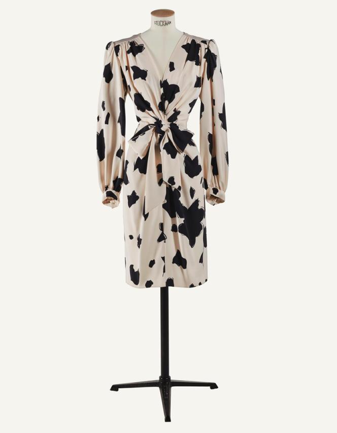 Robe portefeuille en crêpe de soie imprimé noir et blanc, printemps 1984.