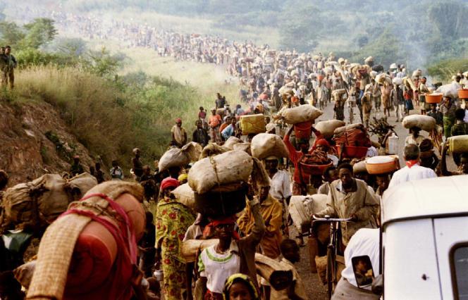 Des réfugiés rwandais fuient vers la Tanzanie, le 30 mai 1994.