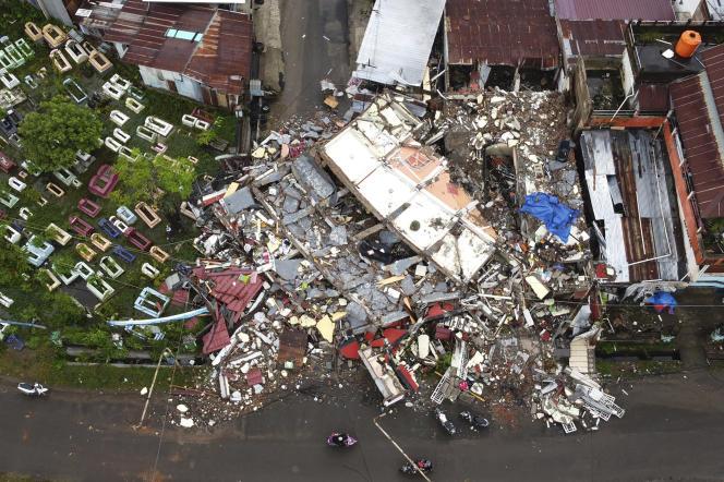 ده ها جسد بی جان از زیر آوار ساختمان های فروریخته در ماموجو ، مرکز استان Celebes غربی خارج شد.