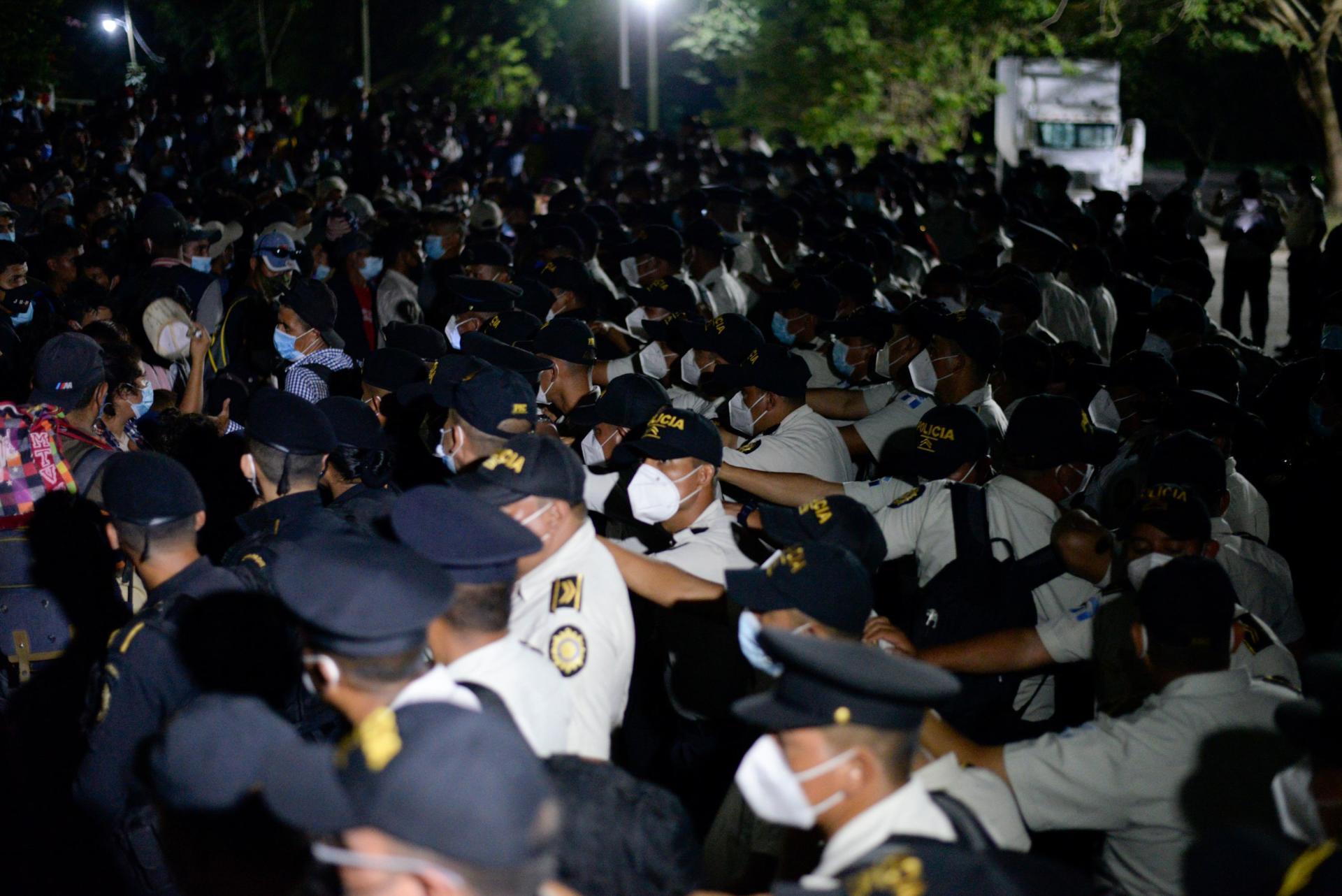 Les forces de sécurité honduriennes tentent d'empêcher les migrants de se rendre au Guatemala à El Florido, au Honduras.