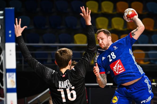 Valentin Porte face au gardien autrichien Florian Kaiper, lors du tour préliminaire du Mondial égyptien de handball, le 16 janvier.