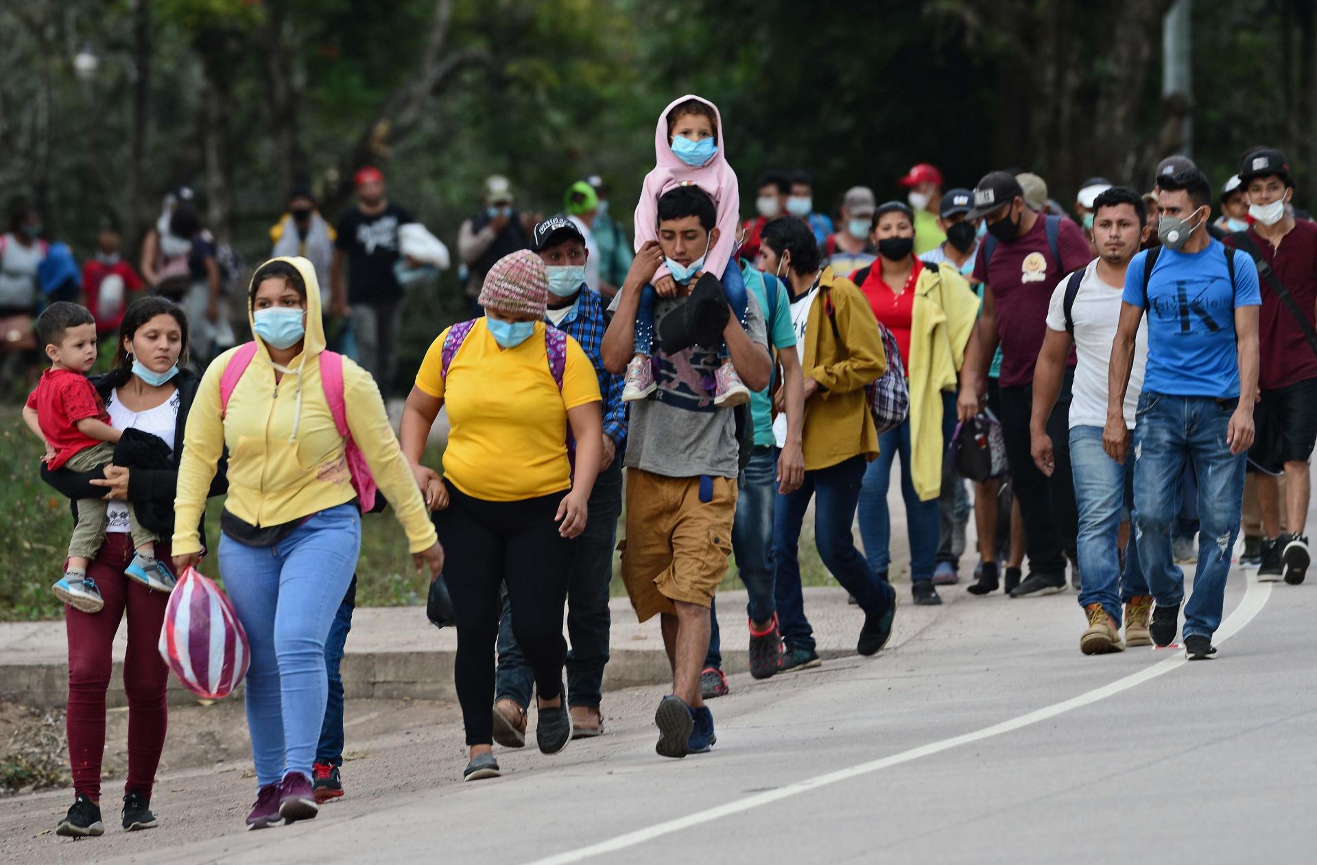 Des migrants se dirigeant, vendredi 15janvier, vers la frontière avec le Guatemala en route pour les Etats-Unis, défilent dans la municipalité de Santa Rita, dans le département hondurien de Copan.