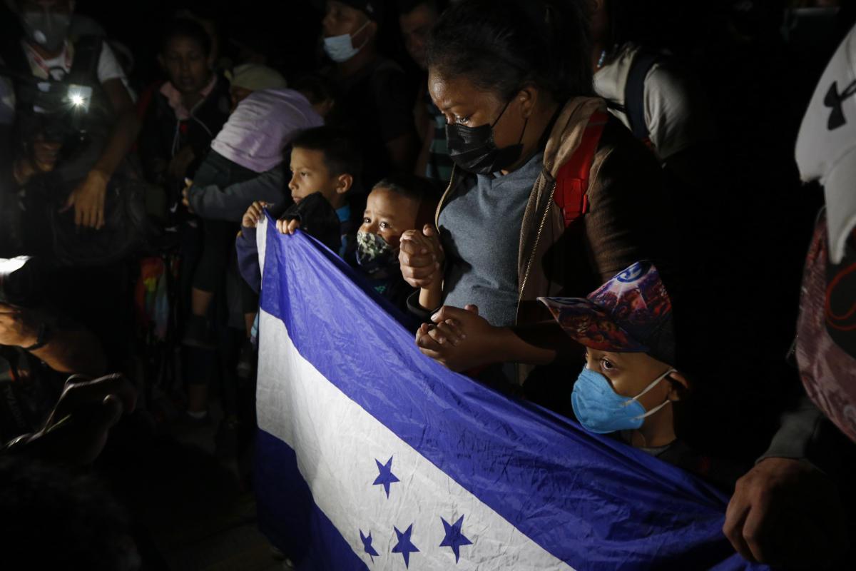Les migrants honduriens prient alors qu'ils tentent de traverser la frontière d'El Florido, au Honduras, au Guatemala, vendredi 15 janvier 2021.