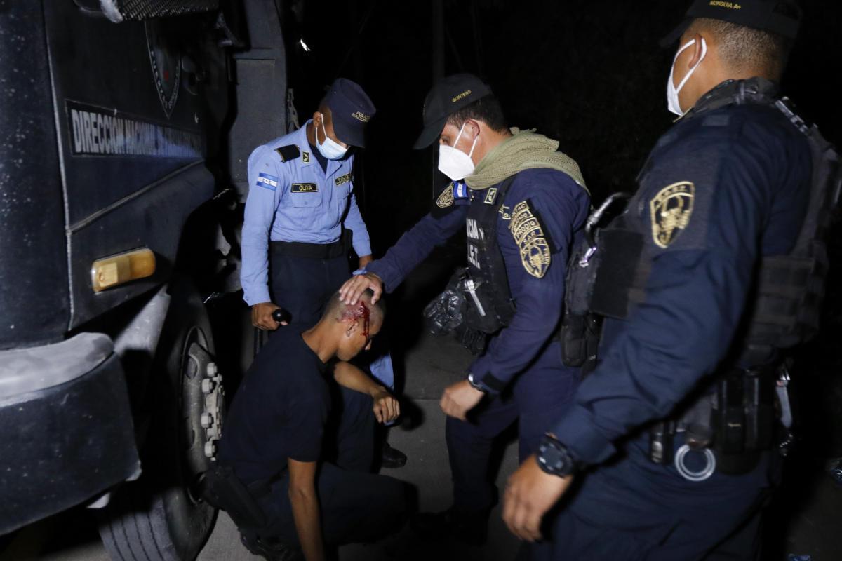 La police s'occupe d'un collègue à la suite d'une altercation.