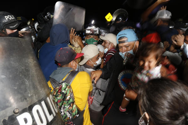 La décision de ne pas aller à l'épreuve de force avec les migrants a été prise après avoir constaté que leur groupe comportait de nombreuses familles avec des mineurs, a expliquéun chef de la police guatémaltèque au poste-frontière d'El Florido, à 220km à l'est de la capitale Guatemala.