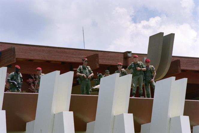 Des parachutistes français à l'aéroport de Kigali, le 6 octobre 1990, lors de l'évacuation des ressortissants français.