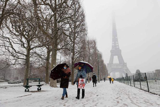 Des promeneurs sur le Champ-de-Mars, à Paris, le 16 janvier 2021.