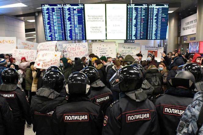 La police dans un terminal de l'aéroport de Vnoukovo, à Moscou, où Alexeï Navalny devait atterrir dimanche17janvier 2021. Plusieurs centaines de ses soutiens s'y étaient réunispour l'accueillir.