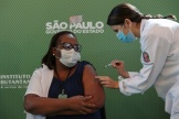 L'infirmière Mônica Calazans est la première personne au Brésil à recevoir un vaccin contre le Covid-19, dimanche 17 janvier, à Sao Paulo.