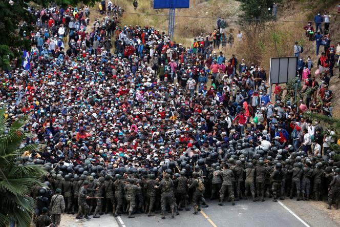 Une caravane de migrants honduriens stoppés par des soldats guatémaltèques, àVado Hondo, le 17janvier.