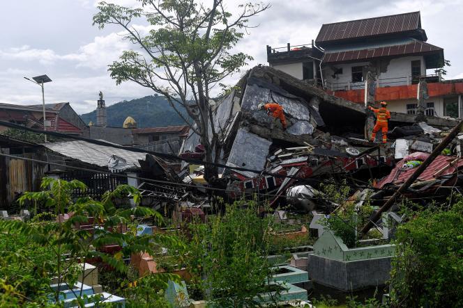 مقامات اعلام نکردند که چه تعداد از مردم هنوز می توانند در زیر آوار ساختمان های فروریخته محبوس شوند.