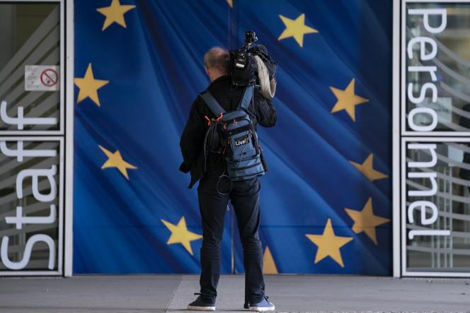 Un journaliste devant l'entrée de la Commission européenne à Bruxelles, en octobre 2019.