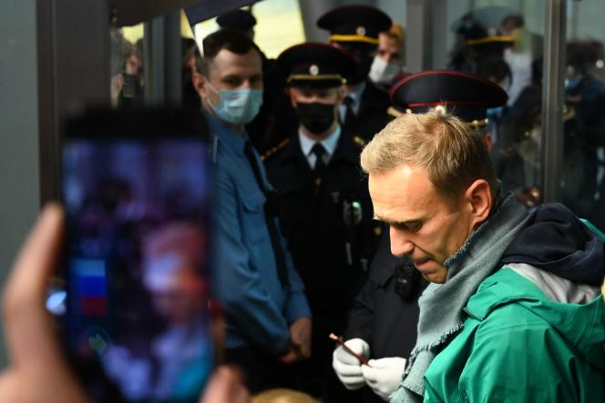 Alexeï Navalny interpellé à son arrivée à l'aéroport de Cheremetievo de Moscou, le17janvier2021.