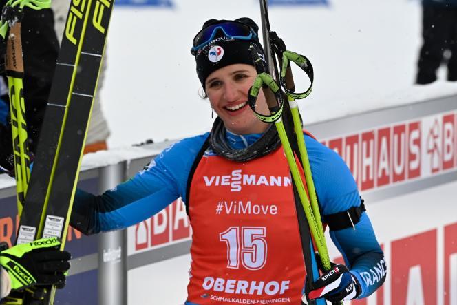 Julia Simon se prépare à monter sur la première marche du podium à Oberhof, en Allemagne.