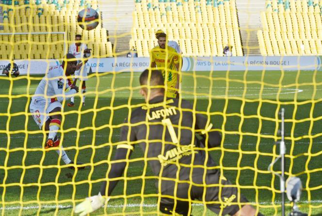 Gaël Kakuta rate son penalty face au gardien nantais Alban Lafont, mais c'est bien le Lensois qui permettra aux Sang et Or d'accrocher le nul (1-1), dimanche, à la Beaujoire.