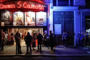 Devant un cinéma parisien, le 21 juin.