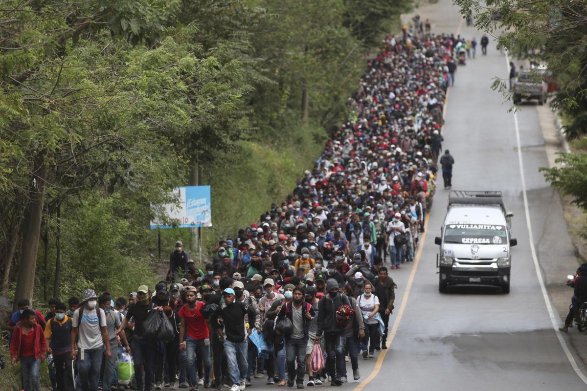 La caravane de migrants honduriens avancent sur les routes du Guatemala, à Chiquimula, samedi 16 janvier.