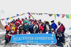 Des alpinistes et leurs sherpas après l'ascension réussie du K2.