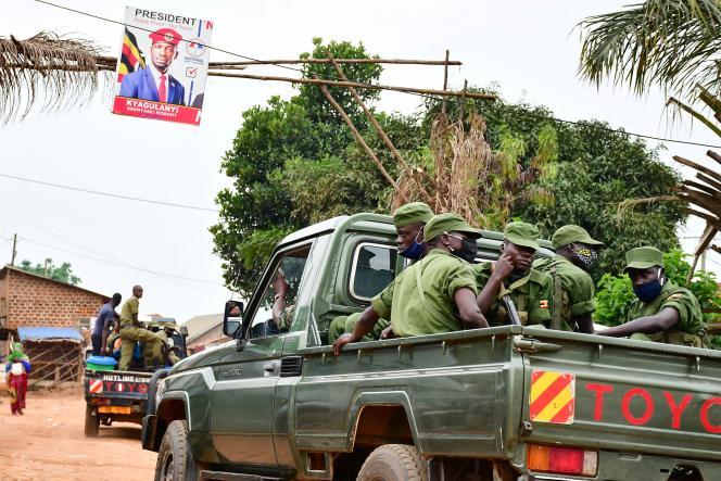 Les forces de l'ordre en patrouille autour du domicile de Bobi Wine, dans le quartier de Magere à Kampala, le 16 janvier.
