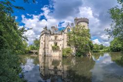 Le château de la Mothe Chandeniers, où la nature avait repris ses droits.