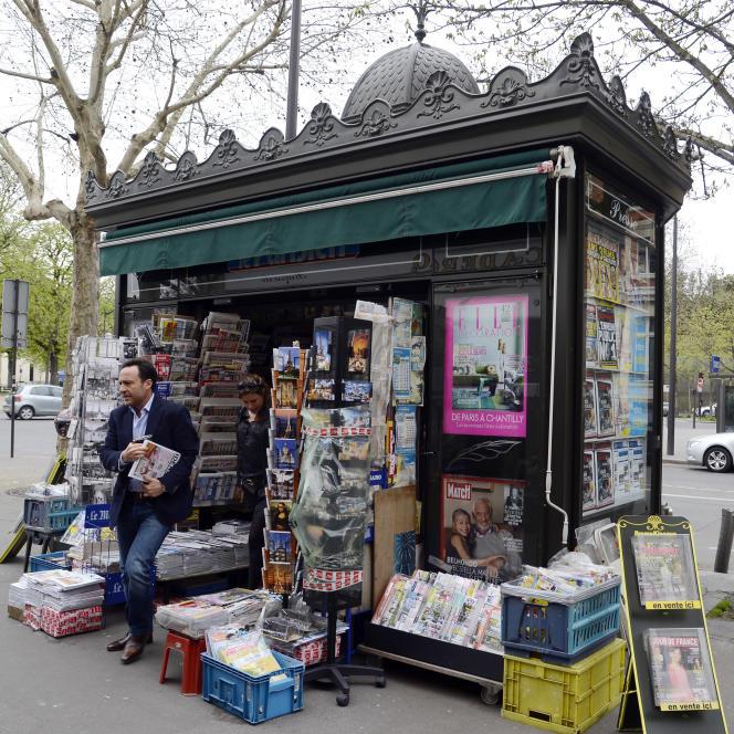 Un kiosque à journaux, à Paris, en août 2013.