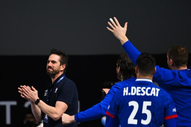 Guillaume Gille félicite ses joueurs après leur victoire sur le fil contre la Suisse (25-24), lundi 19 janvier, au Mondial égyptien de handball.