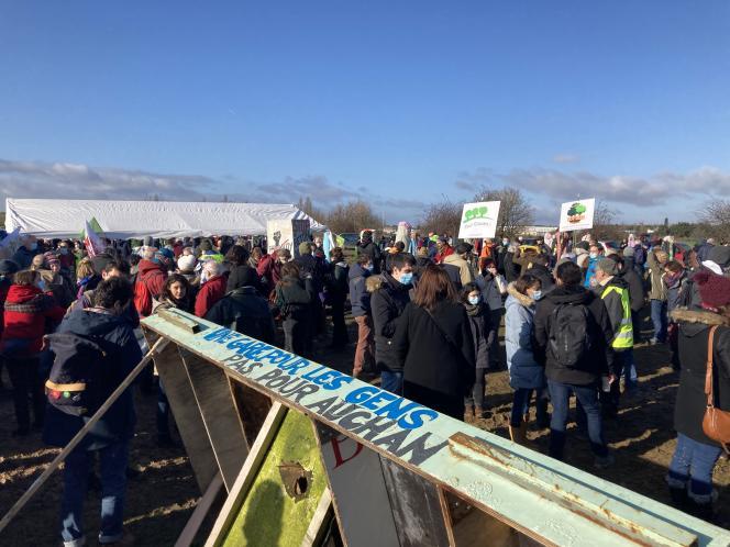 Plusieurs centaines de personnes se sont rassemblées contre le projet d'aménagement du Triangle de Gonesse, à Gonesse (Val-d'Oise), dimanche 17 janvier.