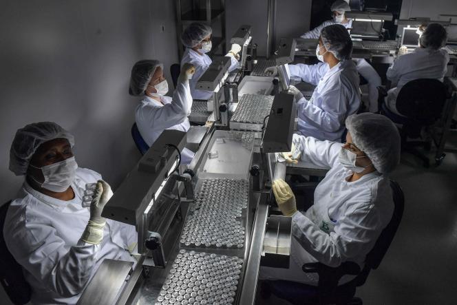 Des employés sur la chaîne de CoronaVac, au centre de production biomédicale de Butantan, à Sao Paulo, au Brésil, le 14 janvier 2021.