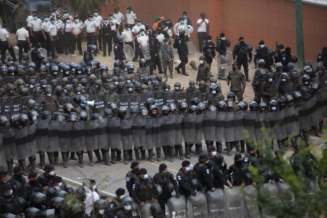 Des soldats et des policiers guatémaltèques empêchent des migrants honduriens d'avancer vers la frontière américaine, le 18 janvier 2021.