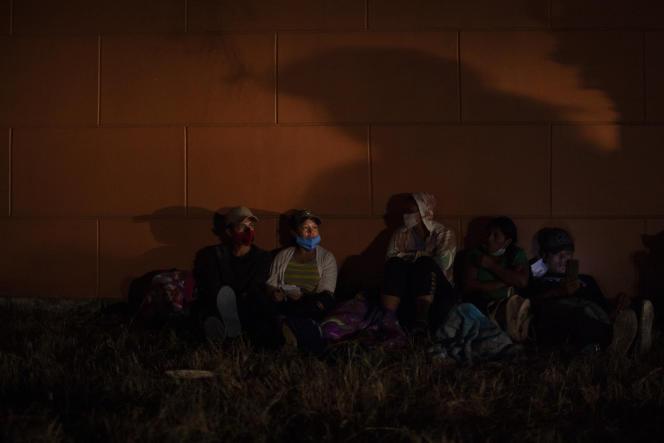 Des migrants honduriens se reposant avant de reprendre la route pour les Etats-Unis, àVado Hondo au Guatemala, le 16janvier.