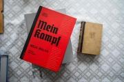 L'édition annotée polonaise de «Mein Kampf» (couverture rouge),d'Adolf Hitler, à côté d'une édition originale du livre de 1942.