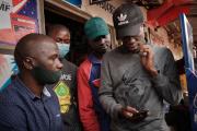 Un homme navigue sur Facebook sur son smartphone après la remise en ligne de l'Internet mobile à Kampala, en Ouganda, le 18 janvier 2021.