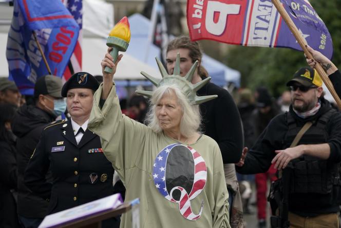 Une manifestante revêt le « Q» pris pour symbole par la mouvance complotiste QAnon, devant le Capitole d'Olympia (Washington), le 6 janvier.