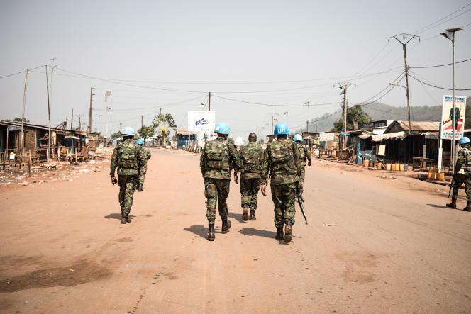 Une patrouille de casques bleus de la Minusca au point kilométrique12 (PK 12), à Bangui, capitale de la Centrafrique, le 13 janvier 2021.