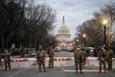 Des membres de la garde nationale américaine devantle Capitole, à Washington, le 17 janvier 2021.