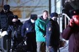 L'opposant russe Alexeï Navalny escorté par la police après une audience à Khimki, près de Moscou, le 18 janvier.