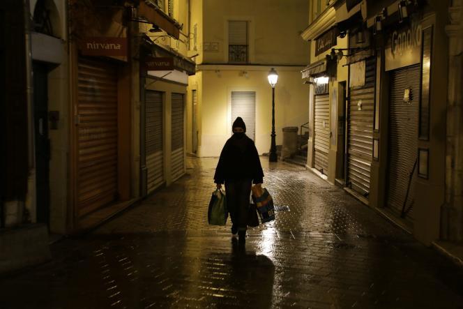 Dans une rue du Vieux-Nice (Alpes-Maritimes), pendant le couvre-feu, le 15 janvier.