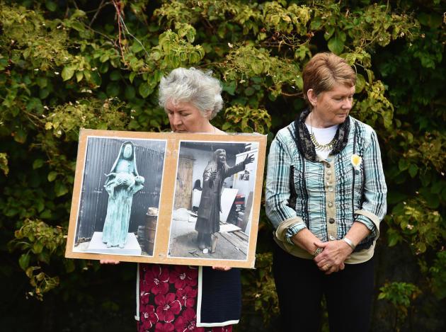 L'historienne Catherine Corless (à droite) et Carmel Larkin, survivante du «home» de Tuam en 2019, lors d'une veillée pour les 796 victimes de Tuam.