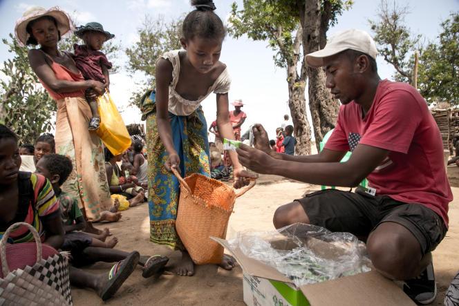 Un membre de l'ONG Action contre la faim distribue des compléments alimentaires pour enfants dans la commune d'Ifotaka, àl'extrême-sud de Madagascar, en décembre 2018.