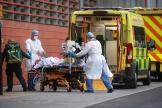 Un patient transporté au Royal Hospital à Londres, mardi 19 janvier.