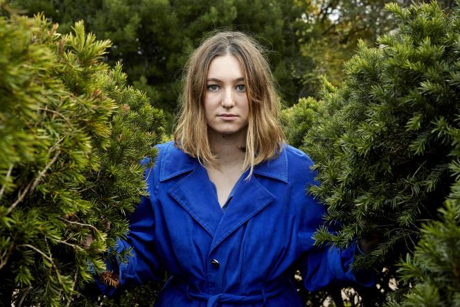 Camille Etienne, au labyrinthe du Jardin des plantes, à Paris, en décembre 2020.