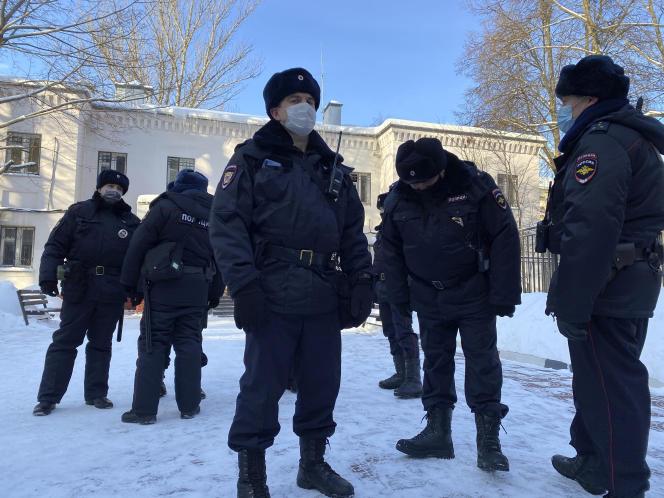 افسران پلیس در ورودی ایستگاه پلیس ایستاده اند ، جایی که دادگاه در حال بررسی سرنوشت حریف الکسی ناوالنی در خیمکی ، 18 ژانویه 2021 است.