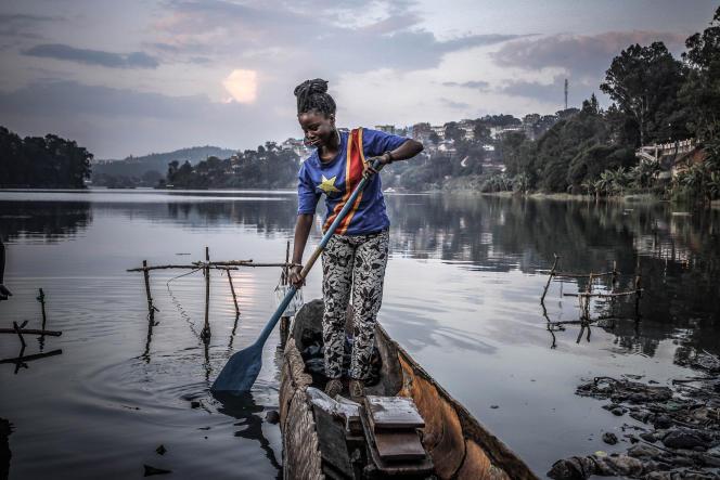 Linda Maroy, 20 ans, profite d'un moment de paix sur le lac Kivuen RDC, pour le 60e anniversaire de l'indépendance du Congo, le 30 juin 2020.