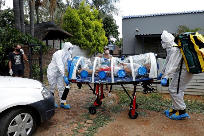 Des agents de santé transportent un patient présentant des symptômes du Covid-19, à Pretoria, le 15janvier 2021.