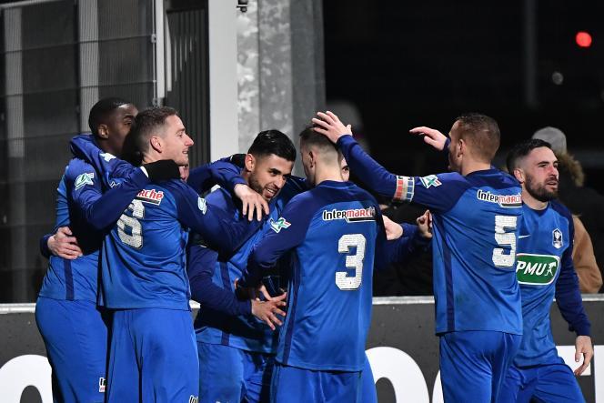 Les joueurs amateurs du FC Limonest (National 3) félicitent leur buteur, Aziz Bouzit, lors du 8e de finale de Coupe de France perdu contre Dijon (1-2), le 28 janvier 2020.