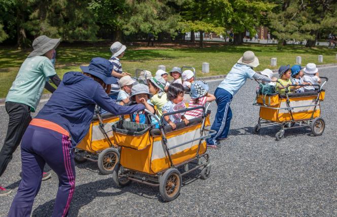 L'accompagnement des enfants sur le parcours école/domicile ou sur le lieu d'une activité périscolaire étaitéligible à l'avantage fiscal « dans le cadre d'une offre globale de services effectuée à son domicile ».