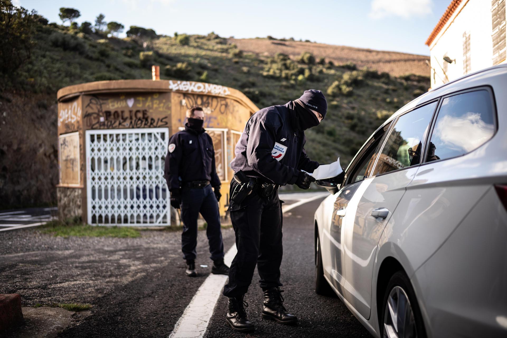 La police aux frontières contrôlant les véhicules traversant la frontière franco-espagnole, à Cerbère (Pyrénées-Orientales), le 15 janvier.