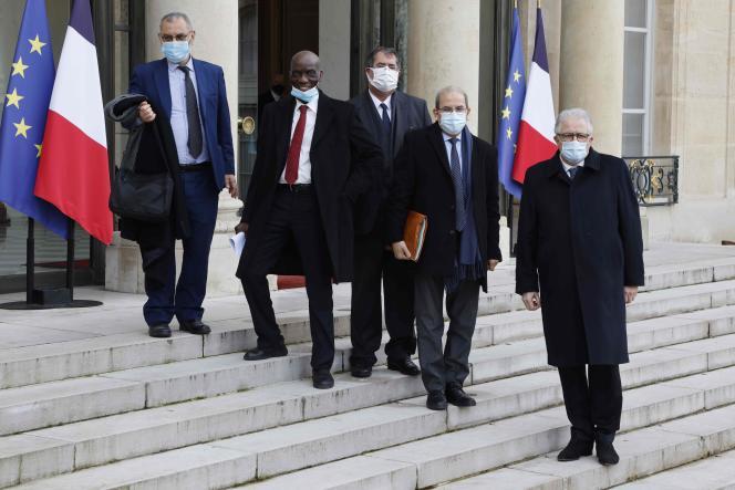 Mohammed Moussaoui, président du Conseil français du culte musulman (CFCM), Chems-Eddine Hafiz, recteur de la Grande Mosquée de Paris et d'autres représentants du CFCM, dont Assani Fassassi, posent après avoir signé une «charte de principes »demandée par le président français, à l'Elysée, le 18 janvier 2021.